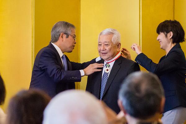 Dr. Izutsu receives the medal from Consul General Koichi Ito
